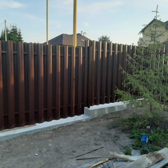 Забор из штакетника на ленточном фундаменте